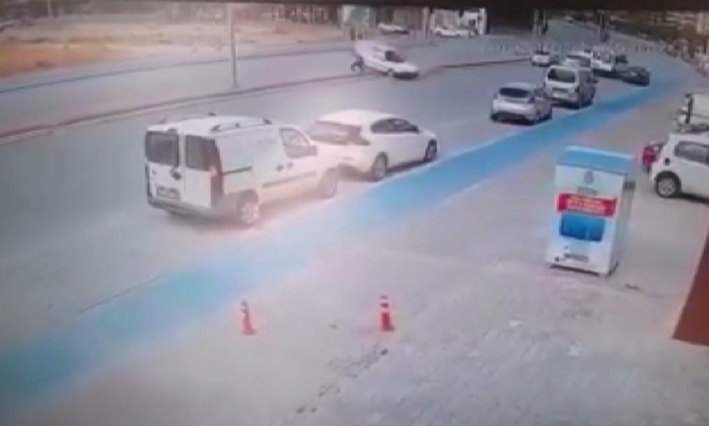 Otomobilin çarptığı yayanın yanından geçip gittiler