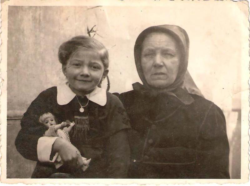 A szerző és nagymamája németországi kitelepítés idején