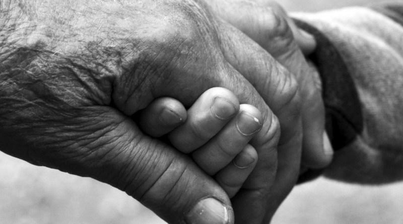 nagymama unoka kézfogás