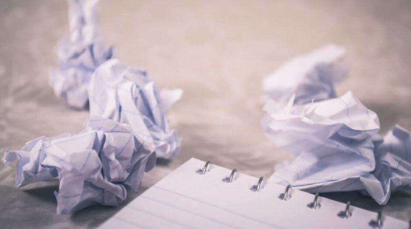 papírgalacsinok és jegyzetfüzet