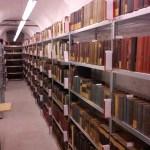 Rohamosan haladunk a könyvek pakolásával a könyvtárban...