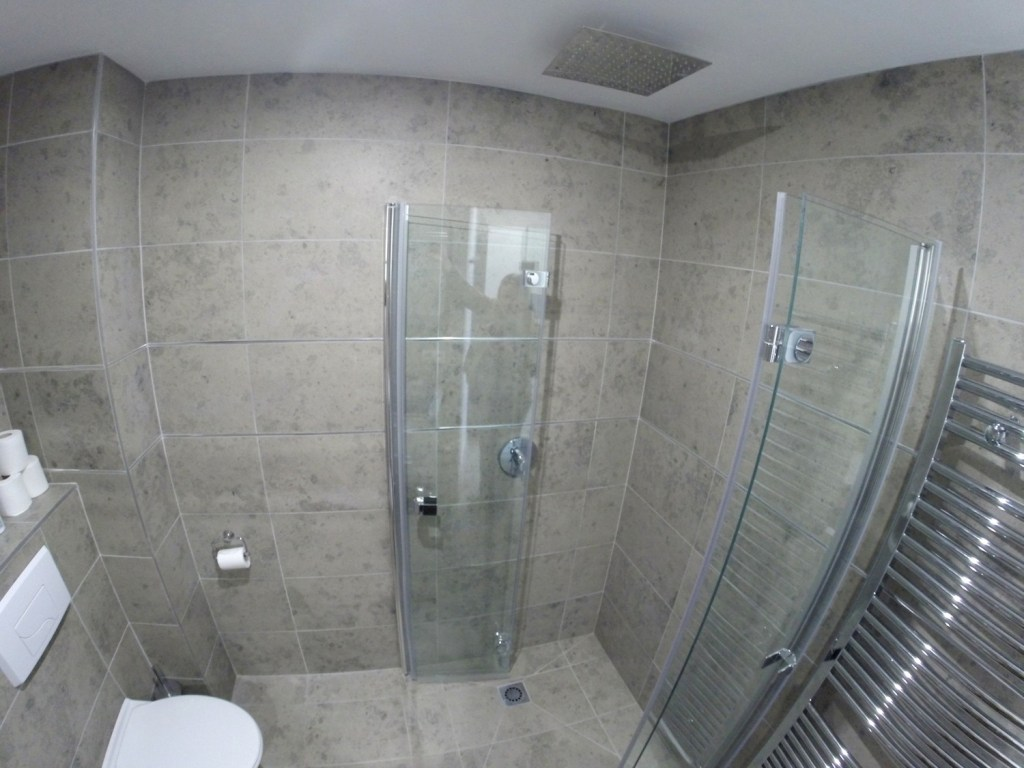 Airbnb Brussels: powerful overhead rain shower
