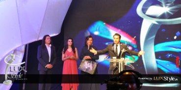 Ali Zafar receives award from Mekaal Hasan & Zoe Viccaji
