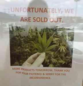 Když 17. října 2018 začal vKanadě fungovat legální trh, obchody jako tento vTorontu byly brzy vyprodané.
