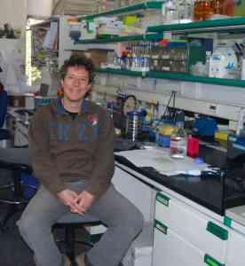 Dr. Manuel Guzman ve své laboratoři.