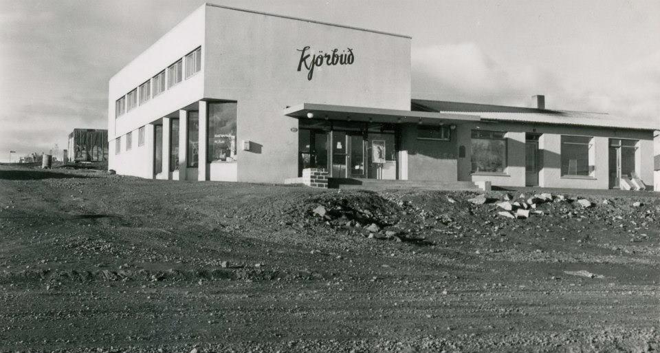 Kjörbúðin, Álfhólsvegi 32, oft nefnt KRON húsið.  Mynd fengin af vef Dr. Gunna:  www.http://drgunni.wordpress.com/