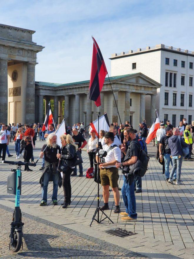 Auf der anderen Seite des Brandenburger Tores: Reichsbürger.