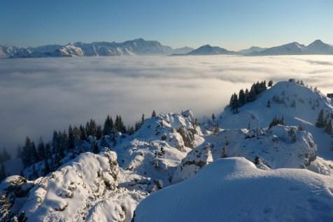 Blcik vom Gipfel des Teufelstättkopfes ins Wettersteingebirge mit Zugspitze (linke Bildmitte)