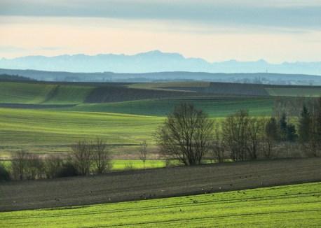 Die sanften Hügel des Meringer Hinterlandes vor der Zugspitze