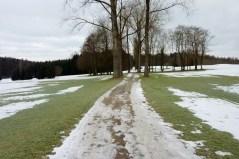 Über den Burgwalder Golfplatz steigt der Weg sanft auf eine Anhöhe an