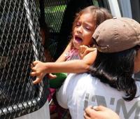 Полиция Боснии держала мигрантов с детьми в клетках
