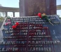 В Вене облили красной краской памятник советским воинам