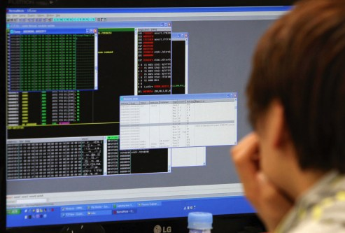 (130321) -- SEOUL, March 21, 2013 (Xinhua) -- An employee of Hauri, South Korea Internet Security Company, analyzes malicious codes in Seoul, South Korea, March 21, 2013. Malicious code caused network paralysis at South Korea's main broadcasters and banks on Wednesday. (Xinhua/Park Jin-hee) (djj)