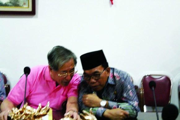 亲切交流。左为姚忠从主席,右为胡欣市长