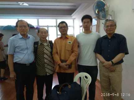 和出席讲座讨论会的印尼在港留学生(右2)等合影
