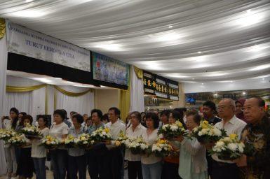 雅加达华文教育协调机构、印华作协等代表献花。