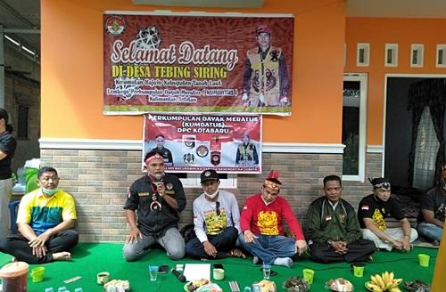 Kumpulan Dayak Meratus Kotabaru mengadakan silaturrahmi di Tanah Laut. (foto: icah)