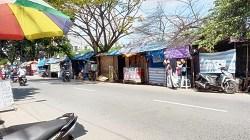 Deretan kios PKL di kawasan Jalan Sukaramai, Kota Martapura, Kalimantan Selatan. (foto: koranbanjar.net)