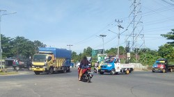 Arus lalu lintas di simpang 4 Kelurahan Guntung Manggis tanpa disertai traffic light. (foto: aristy)