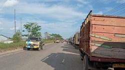 Ratusan truk angkutan rela mengantre berjam jam demi mendapatkan BBM solar di SPBU Lingkar Selatan. (foto: leon)