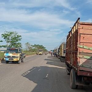 Antrean Panjang di SPBU Lingkar Selatan Menguji Kesabaran Sopir Truk