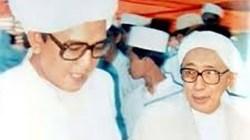 Tuan Guru Salman Jalil (kanan) bersama Syekh Muhammad Zaini bin Abdul Ghani atau Guru Sekumpul Martapura, Kalsel. (foto: ist)
