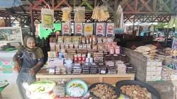 Salah satu pedagang kue khas Banjar menanti pembeli. (foto: koranbanjar.net)