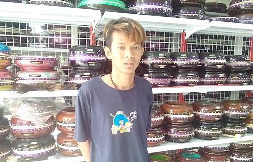 Penjual alat musik Arab asal Kota Martapura, Kalsel. (foto: aristi)
