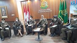 Kajari Kalsel Rudi Prabowo Aji SH MH didamlingi para asisten menggelar press release tetkait beberapa kasus yang sudah ditangani.(foto: leon)