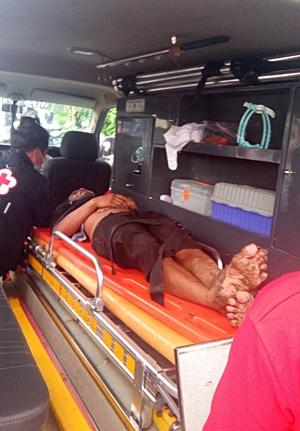 ODGJ saat dievakuasi menggunakan mobil emergency. (foto: ist)