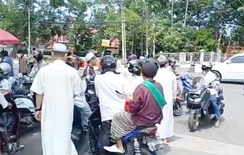 Jamaah sholat Jumat terhenti di depan pagar Masjid Raya Sabilal Muhtadin.