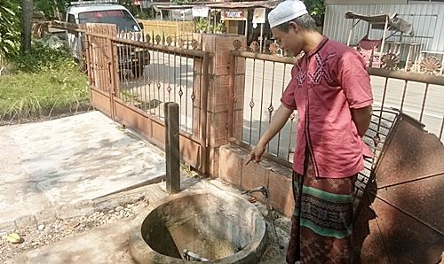 Sumur gali untuk sumber air bersih Ponpes Darul Ulum Martapura ini sudah tercemar oleh BBM jenis solar dari workshop PT. Catur Karya Bersaudara. (foto: koranbanjar.net)