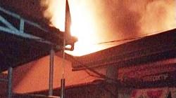 Api berkobar dari belakang ruang Satreskrim Polresta Banjarmasin, Kamis subuh, (01/7/2021). (foto: yanda)