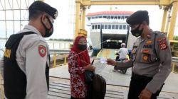 Pelabuhan Ulee Lheu memeriksa sertifikat vaksin Covid-19 penumpang tujuan pulau Weh, Sabang di Banda Aceh, Aceh, Kamis (12/8/2021). [Antara/ Irwansyah Putra]