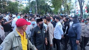 Ketua DPRD Kalsel memenuhi ajakan mahasiswa Banjarmasin, duduk satu meja.