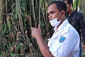 Petugas Dinas Perikanan Kabupaten Banjar meninjau lokasi budidaya ikan di Kecamatan Karang Intan. (foto: dewi)