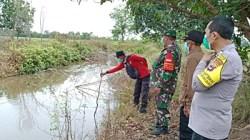 Petugas gabungan melakukan patroli di Martapura Barat. (foto: dewi)