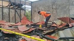 Petugas melakukan penyelidikan terhadap kebakaran SDN Sungai Tunjang. (foto: faqih)