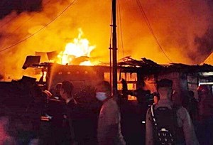 Asik Makan, Api Berkobar dalam Kamar, 2 Rumah Ludes