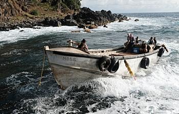 Sebuah perahu yang membawa pasokan AstraZeneca dari Pitcairn tiba di pulau itu setelah menempuh jarak lebih dari 15.000 kilometer. Supplied