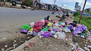 Sampah berserakan di Handil Bhakti. (foto: faqih)