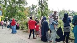 Warga menyaksikan HUT RI di Kota Barabai. (foto: ramli)