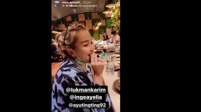 Umi Kalsum abadikan momen Ayu Ting Ting bertemu tim WO [Instagram/@mom_ayting92_]