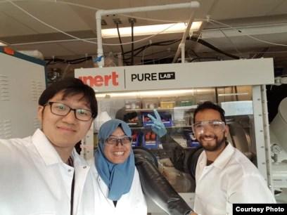 Titan (tengah) bersama koleganya di Photovoltaic Research Laboratory MIT (foto: courtesy).