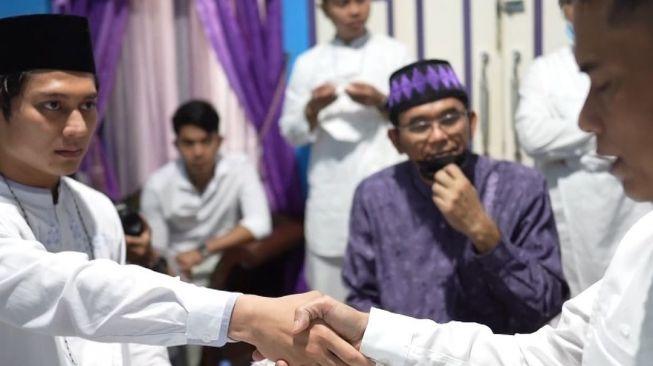 Rizky Billar mengucapkan ijab kabul dengan ayah Lesti Kejora. Pernikahan berlangsung di depan Ustaz Subki Al Bhugury pada awal Januari 2021. [Instargam @ayah_kejora]