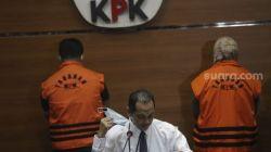Wakil Ketua KPK Nurul Ghufron (tengah) bersiap memberikan keterangan pers penahanan Bupati Kolaka Timur Andi Merya Nur dan Ketua BPBD Kolaka Timur Anzarullah di Gedung Merah Putih KPK, Jakarta, Rabu (22/9/2021) malam. [Suara.com/Angga Budhiyanto]