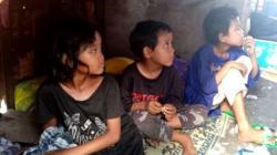 Keluarga ini tidur di kolong meja wedangan yang berada di pinggir Jalan Solo-Semarang tepatnya depan SMPN 3 Kartasura, Desa Kertonatan Kecamatan Kartasura, Sukoharjo. [Suara.com/Ari Welianto]