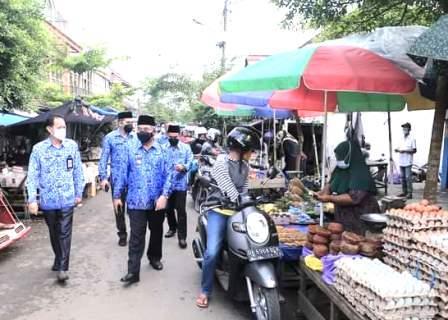 Bupati HSS, Achmad Fikry menjumpai pedagang di Pasar Kandangan. (foto: ramli)