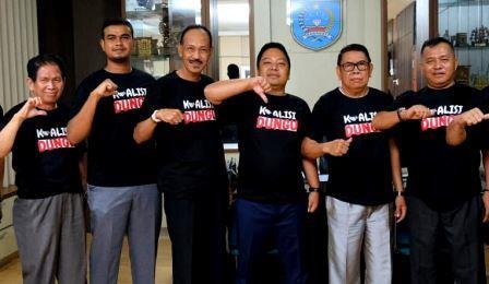 Terdapat pimpinan DPRD Banjar berfoto dengan foto Koalisi Dungu. (foto: istimewa)