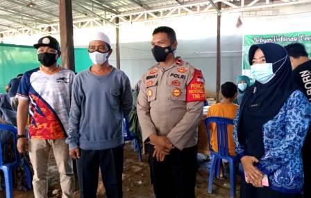 Petugas dari pihak terkait foto bersama di lokasi pelaksanaan vaksinasi di Kabupaten HSS. (foto: ramli)